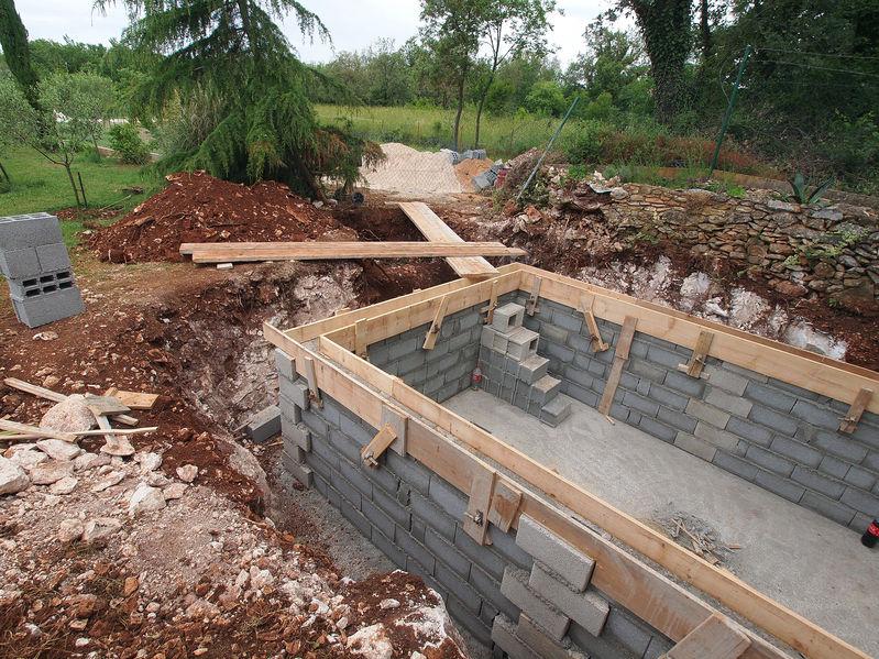 Construire une piscine en béton étape par étape
